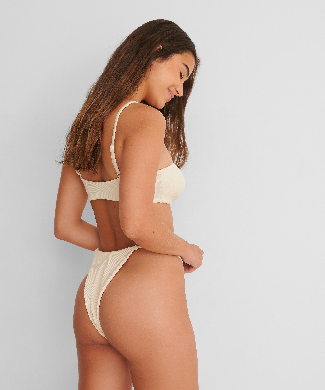 Bikinislip mit hohem Beinausschnitt Texture HKM x NA-KD, Weiß, main